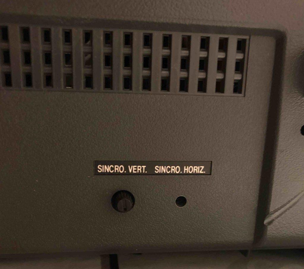 Controles de sincronización vertical y horizontal situados en la parte trasera del monitor.